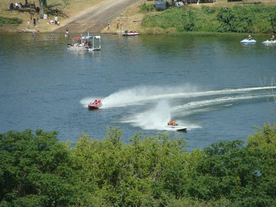 La Quinta Inn & Suites Marble Falls: Boats racing in the lake