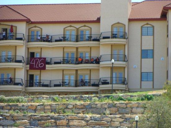 La Quinta Inn & Suites Marble Falls : La Quinta looking up at Balcony's