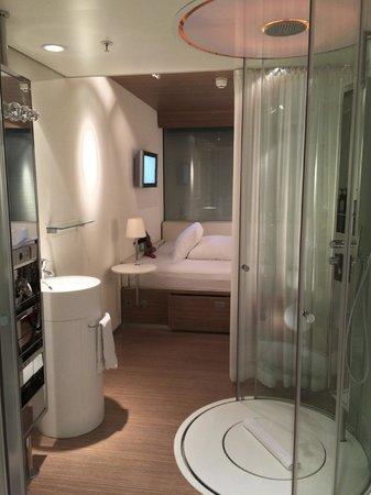 citizenM Schiphol Airport: Hip room