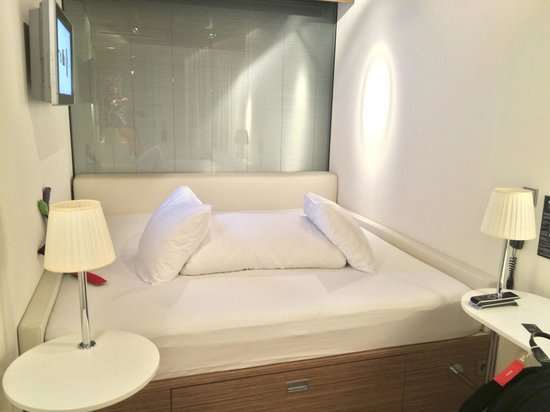 citizenM Schiphol Airport: Very comfy square bed