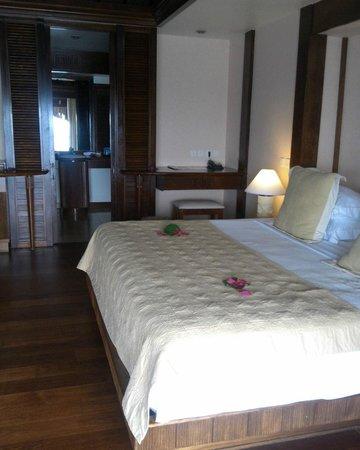 Manava Beach Resort & Spa - Moorea: Premium over water bungalow 4