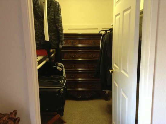 Topanga Canyon Inn Bed and Breakfast: Walk-in closet in the Scarlett suite.