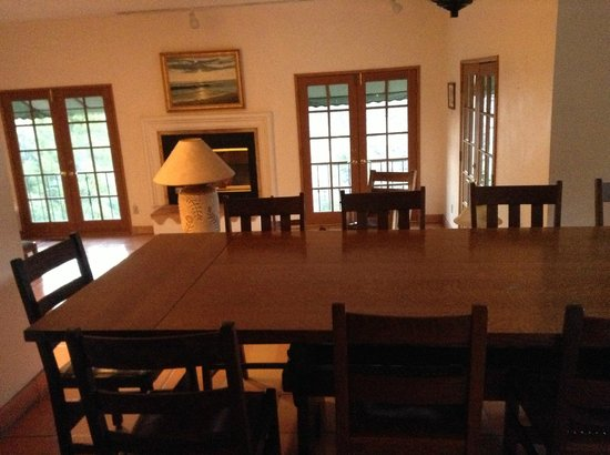 Topanga Canyon Inn Bed and Breakfast: Breakfast table and adjacent room.