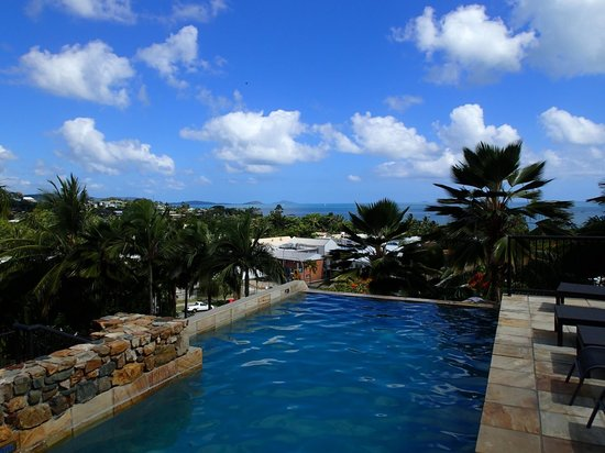 at Water's Edge Resort : Airlie Beach and view from pool