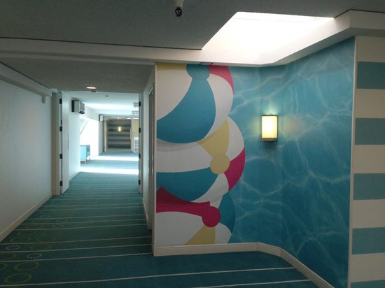 Sheraton Fisherman's Wharf Hotel : With the recent remodel they have chosen a very bright beach theme.