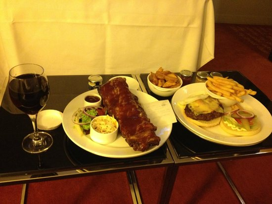 Park Plaza Westminster Bridge London: Room service YUM (ribs and the burger)