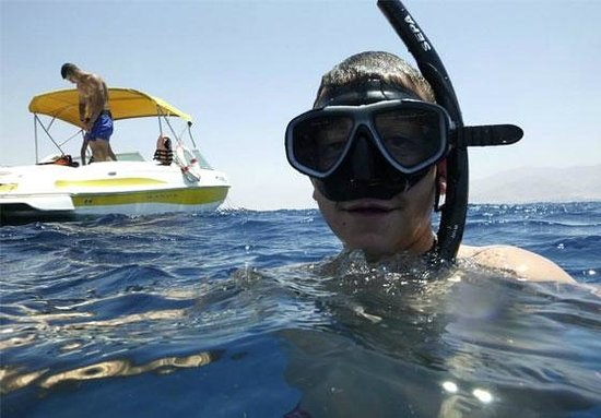 Fly On The Water : Snorkelers over the reefs