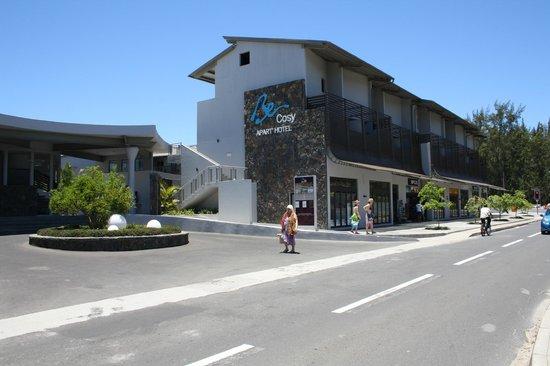 Be Cosy Apart Hotel: vu de dehors avec commerces à proximité