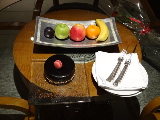 Fairmont Dubai: Cake for my honeymoon