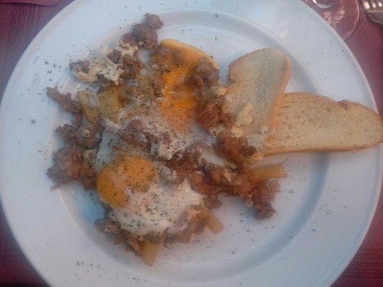 El Gallo Toledo: Huevos estrellados con chichas... deliciosos...