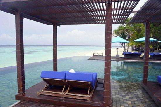Dhevanafushi Maldives Luxury Resort Managed by AccorHotels : Island pool area