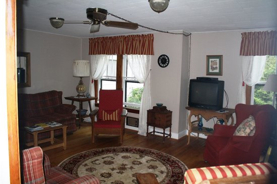 Pines Country Inn: The parlor