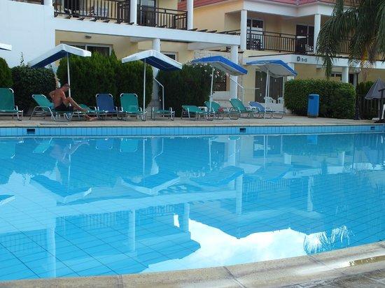 Jacaranda Hotel Apts : Бассеин