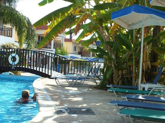 Jacaranda Hotel Apts : Около бассеина