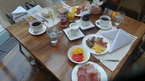 InterContinental Frankfurt: シャンパンもある朝食