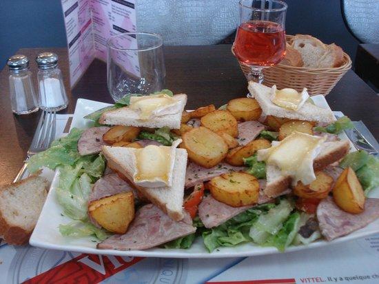 Le Café Suisse : Très bonne salade et bien servie.