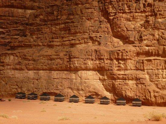Jordan Tracks - Bedouin Camp: the tents in de middle of the dessert