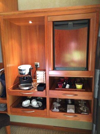 Le Meridien Dubai Hotel & Conference Centre: Mini bar and tea/coffee service.