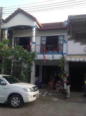 Summer Breeze Inn Hotel : the front door of guest house