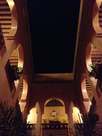 Riad Bahia Salam : Riad at night.