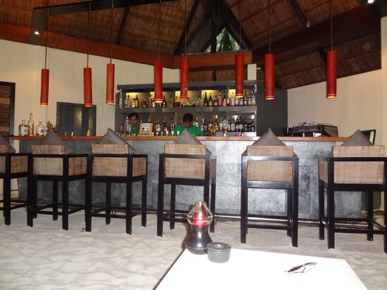Mirihi Island Resort: The bar - Great area for lunch