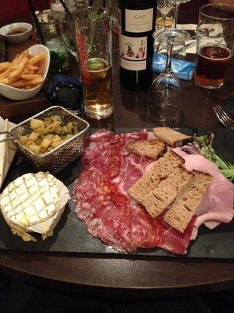 Plaisir, Frankreich: camembert cuit au four avec ses frites et charcuterie