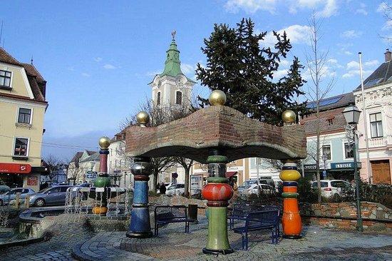 """Friedersbach, Österreich: """"Hundertwasserbunnen"""" - nur 5 km entfernt"""