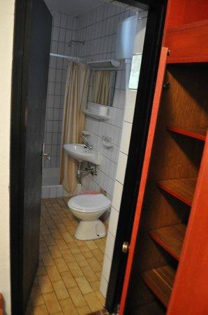 Amarin Studio and Apartments: bathroom