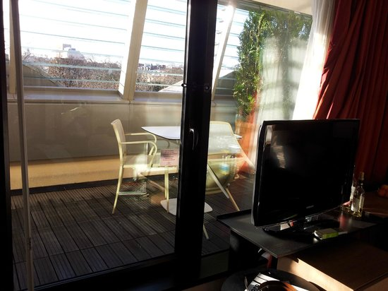 Courtyard by Marriott Paris Boulogne: Sundeck view of Room 403 - from inside the room