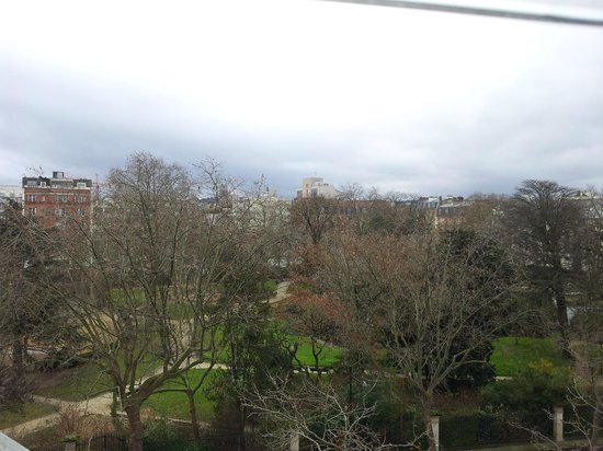 Courtyard by Marriott Paris Boulogne: A view of the Garden across the hotel from Room 403