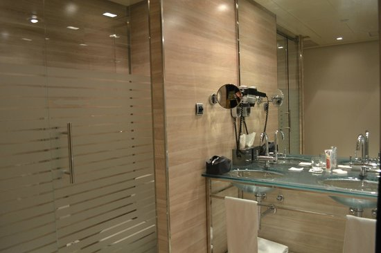 Maydrit Hotel: Transparent toilet door - privacy is non existent while you're on the toilet!