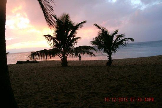 Tartaruga's Hotel and Pagudpud Yacht Club Restaurant: Sunset