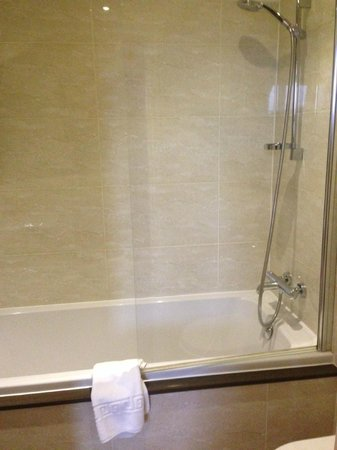 Three Salmons Hotel: Shower over bath