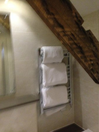 Three Salmons Hotel: Exposed beams in the bathroom