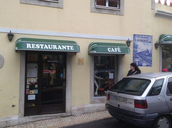 Restaurante Apeadeiro: Petite entrée pour un grand restaurant. Entrez, vous y serez bien accueilli et ne serez pas déçu