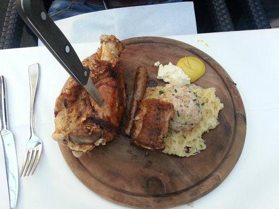 Forsterbräu Meran: Stinco di maiale con costina, salsiccia, canederlo e crauti