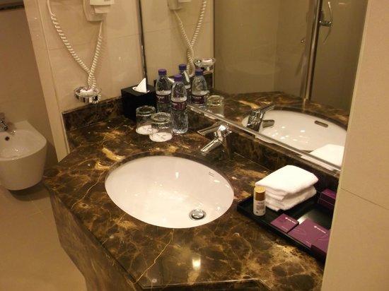 Park Regis Kris Kin Hotel: vanity unit