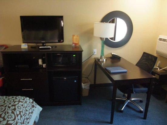 Days Inn Williams: TV, Minibar und Schreibtisch