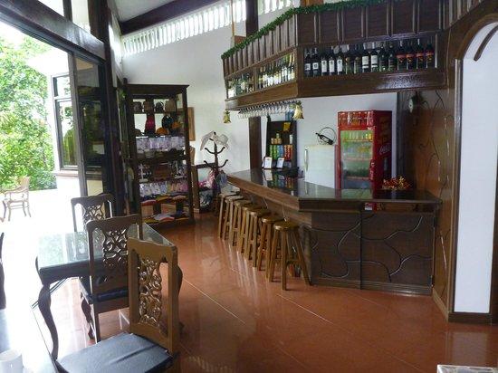 Padre Burgos Castle Resort: Bar area