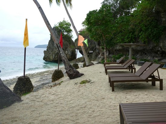 Padre Burgos Castle Resort: Deck chairs on the private beach