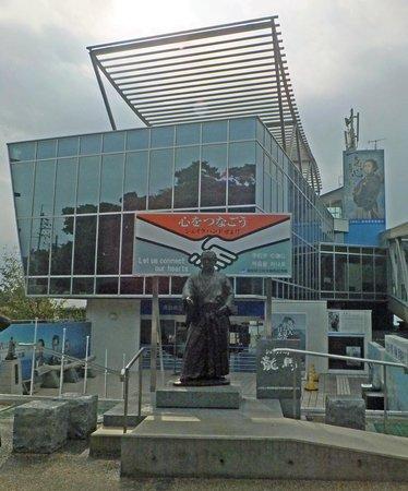 The Sakamoto Ryoma Memorial Museum: 龍馬と握手できる像