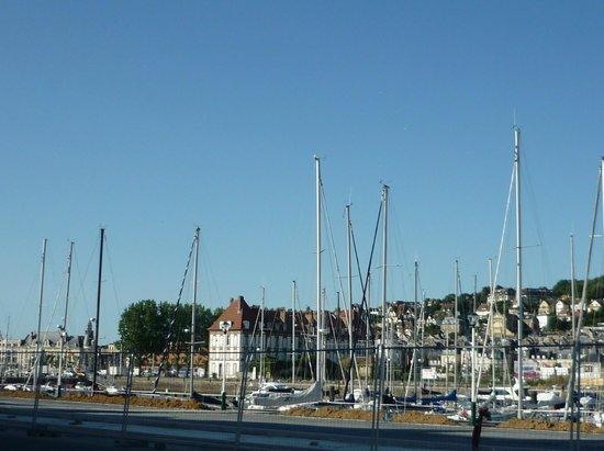 Mercure Deauville Centre : Вид на яхт-клуб