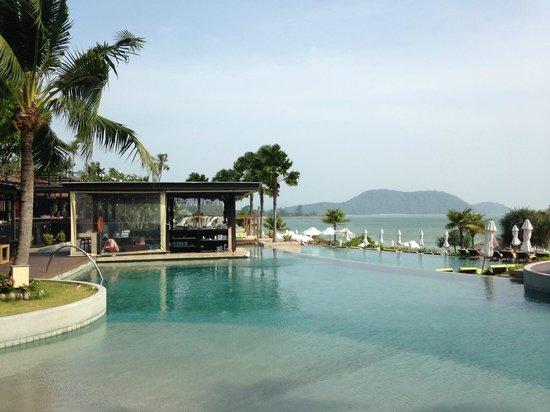 Pullman Phuket Panwa Beach Resort : La piscine (bar en arrière plan)