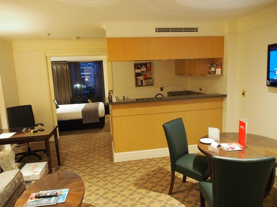 Stamford Plaza Melbourne : Looking from the loungroom into the bedroom