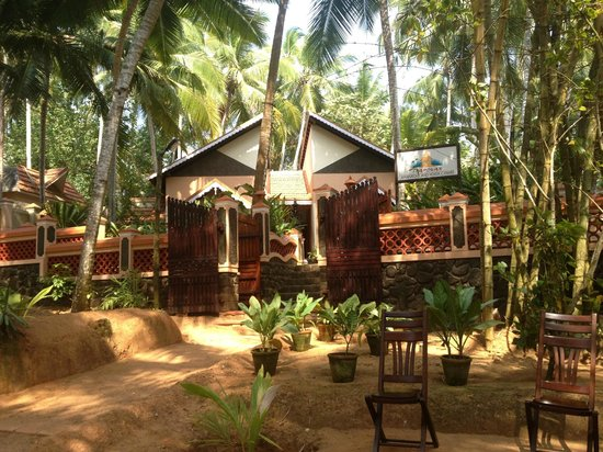 Kadaltheeram Beach Resort: Spa - next door to the hotel