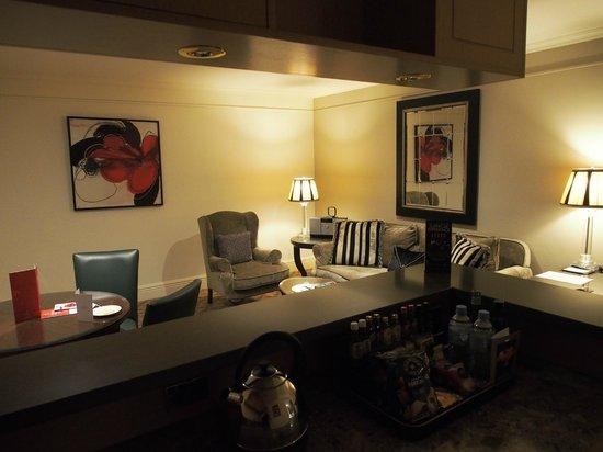 Stamford Plaza Melbourne : Loungeroom & kitchette/bar