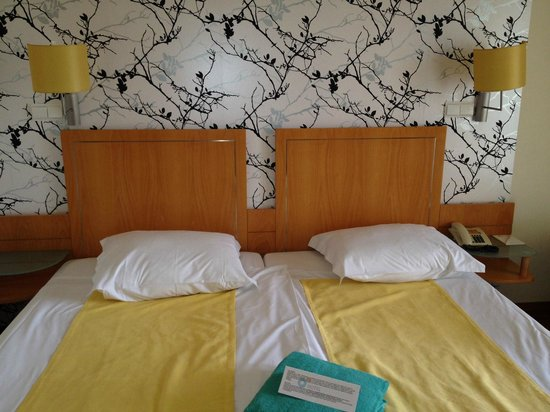 Hotel Calheta Beach : beds ready for our arrival, was someone here before us?