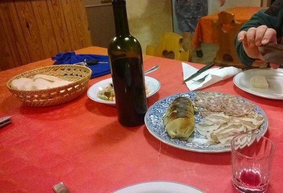 Ristoro Agrituristico La Genzianella: Musetto in crosta alle erbe, con contorno di sopressa, coppacollo, e polenta calda