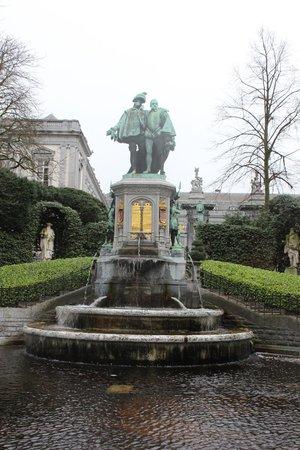 Jardin du Petit Sablon : Fuente dentro del jardín