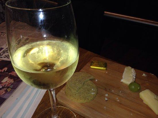 The Z Hotel Soho: Cheese and wine at the hotel